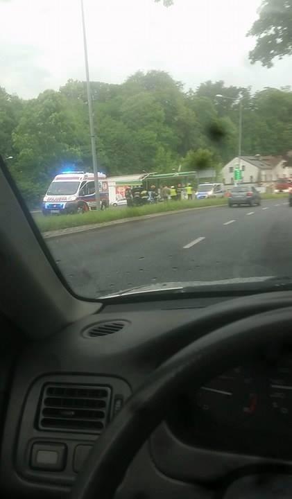 Wypadek w Bielsku-Białej zakończył się szczęśliwie. Samochód ściął latarnię, ale kierowca wyszedł z wypadku bez szwanku