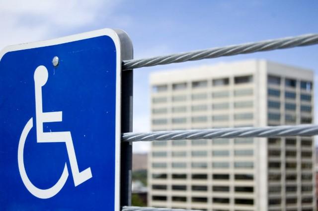 Niepełnosprawni walczą o swoje prawa przed sądem.