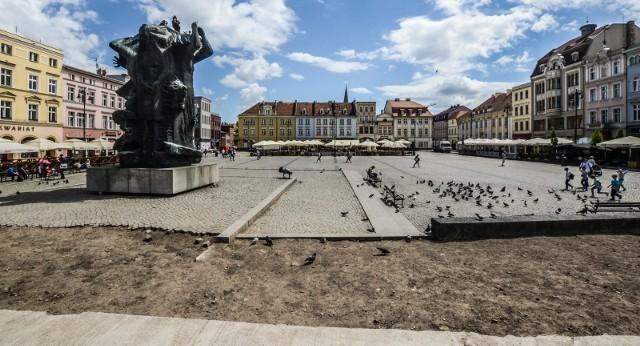 - Zeszpecony wygląd Starego Rynku martwi mieszkańców, tym bardziej, że trwają wakacje - mówi Jan Szopiński, wiceprzewodniczący rady miasta. Miasto jednak przekonuje, że to ekonomicznie nieuzasadnione.