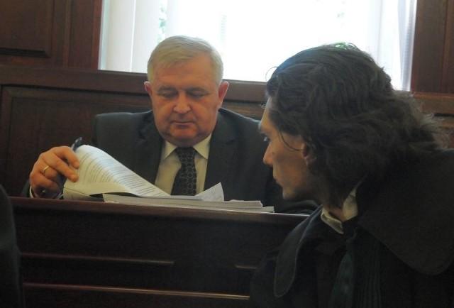 Prezydent Tadeusz Jędrzejczak z obrońcą tuż po wygłoszeniu mowy końcowej