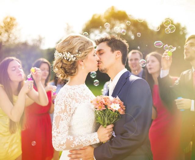 Wybierasz się w najbliższym czasie na wesele i chcesz wiedzieć, czego możesz się spodziewać? Zobacz, jakie są najważniejsze wytyczne sanitarne i obostrzenia!
