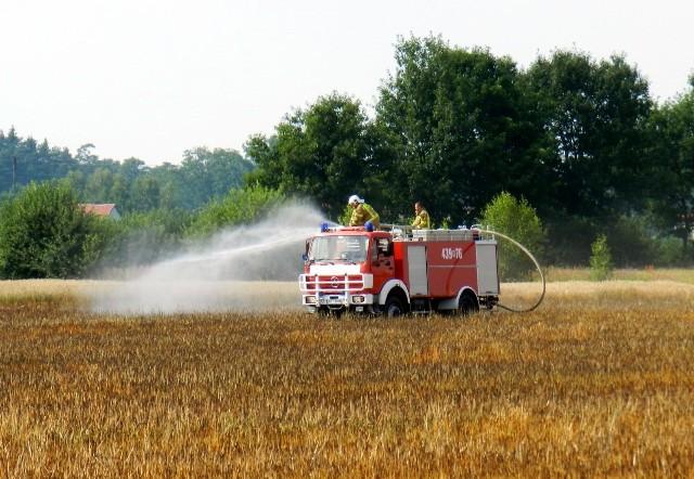 Pożar zboża na polu w Lasowicach Wielkich