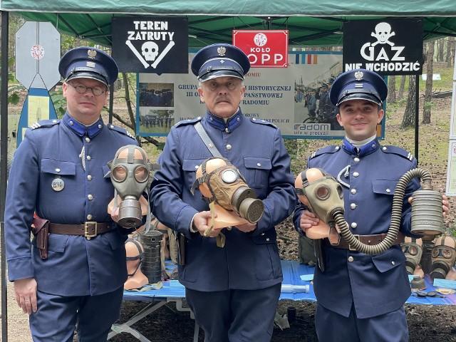 Radomianie na pikniku militarnym w Mniszewie, zaprezentowali przedwojenne maski przeciwgazowe produkowane w Radomiu.