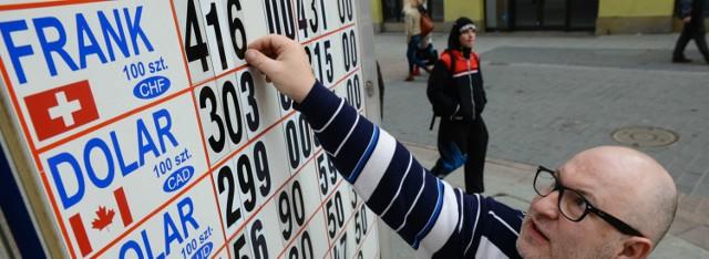 Prezydencki projekt dla frankowiczów: będą mogli żądać zwrotu spreadu Toruń: Marek Szyling wlasciciel kantoru remar zmienia ceny franka szwajcarskiego na tablicy kantoru