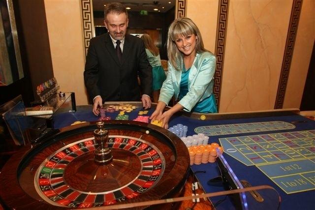 Dyrektor kieleckiego kasyna Wojciech Szweda wraz z piękną krupierką