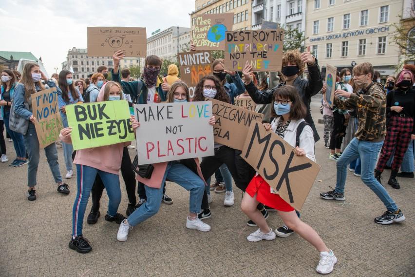 25 września w 30 miastach w Polsce odbył się Młodzieżowy Strajk Klimatycznym. Także w Poznaniu. Przejdź dalej i zobacz kolejne zdjęcia --->