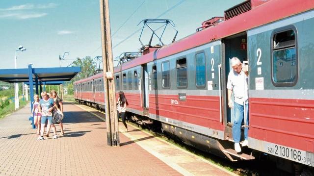 O godz. 16.03 z pociągu z Krakowa wysiadło kilkanaście osób. Narzekają, że jazda trwa zbyt długo