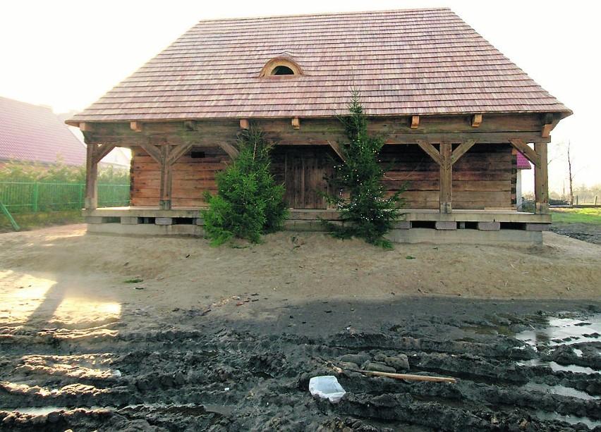 Drewniany lamus jest już gotowy do przyjęcia uczniów,...