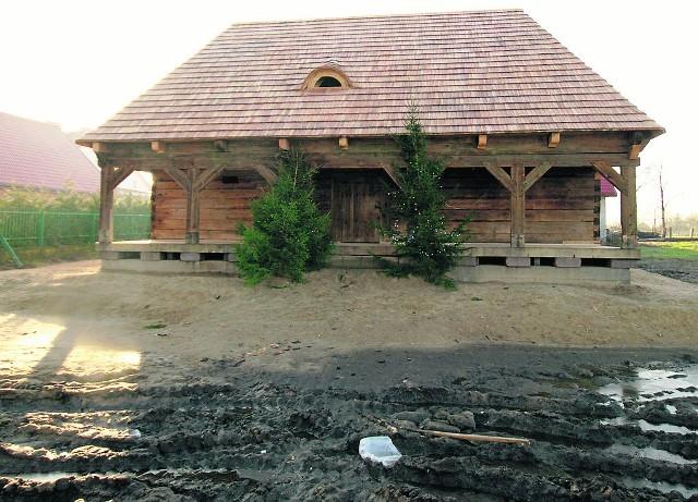 Drewniany lamus jest już gotowy do przyjęcia uczniów, zwiedzających i turystów. Będą się tutaj odbywały wystawy, zajęcia edukacyjne. Teraz trzeba zagospodarować teren wokół budynku