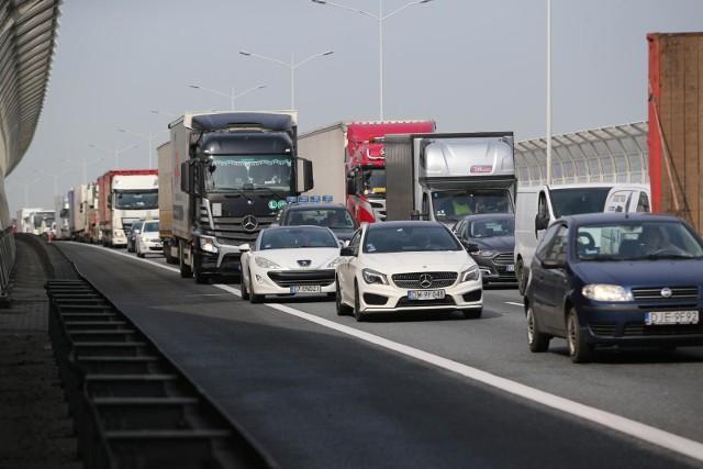 Wypadek na Autostradowej Obwodnicy Wrocławia. Utworzył się korek.
