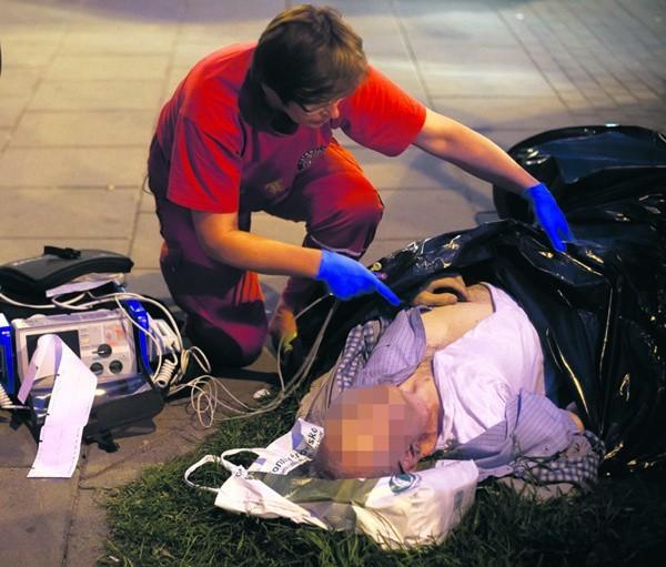 80-letni łodzianin zmarł na ulicy w piątek po godz. 19, kilka minut po tym, jak z izby przyjęć szpitala im. Barlickiego odesłano go do innej placówki.