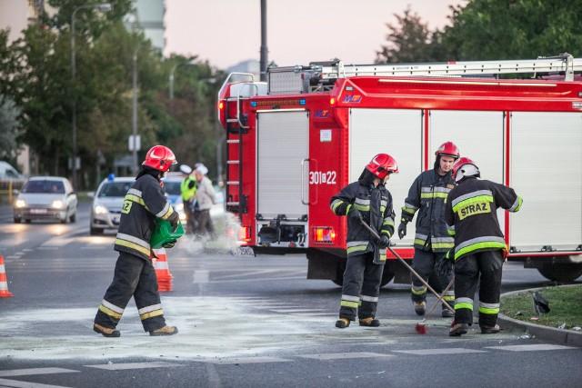 Obaj kierowcy ciężarówek są poszkodowani, na miejscu pracują strażacy wraz z policją (zdjęcie poglądowe).