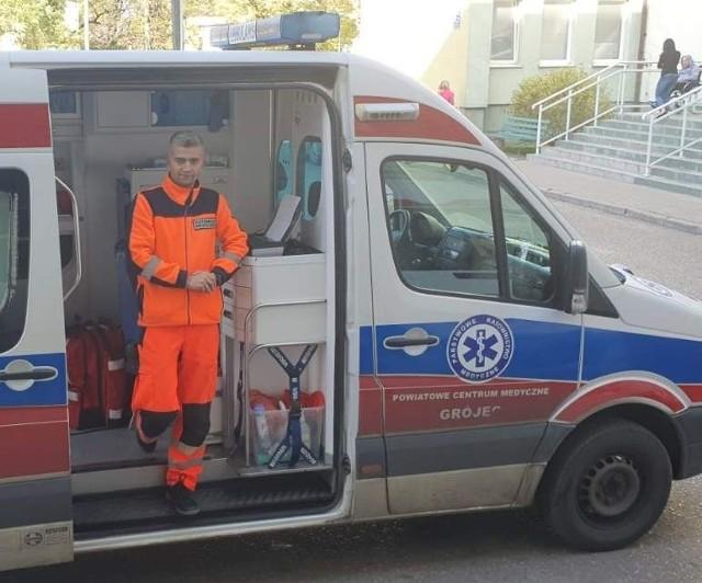 Radomianin Sylwester Rdzanek w karetce pogotowia ratunkowego.