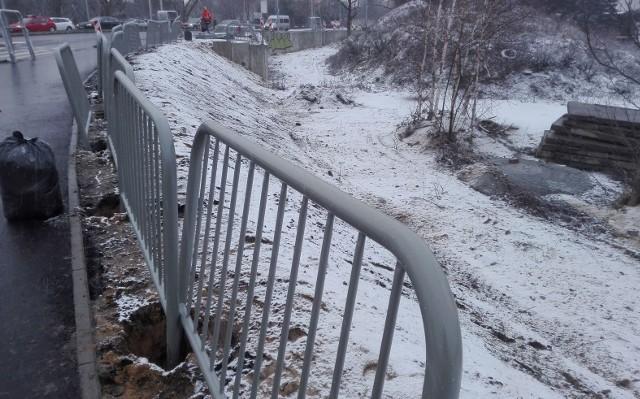 Koniec stycznia 2019 r. Trasa Aglomeracyjna w Zielonej Górze: przy rondzie na ul. Zjednoczenia zamontowano barierki