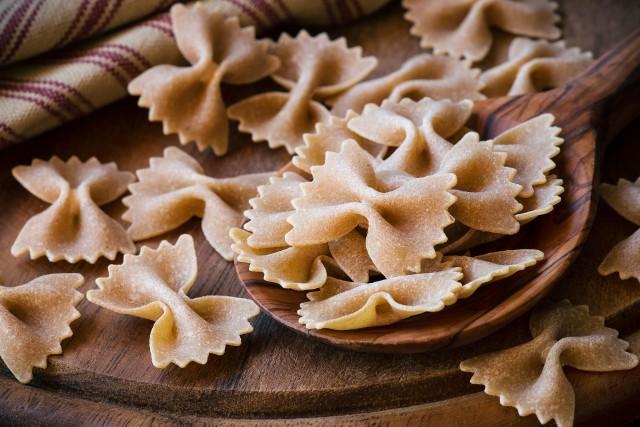 Makaron pełnoziarnisty zawierając spore ilości błonnika pokarmowego jest produktem bardzo sycącym.