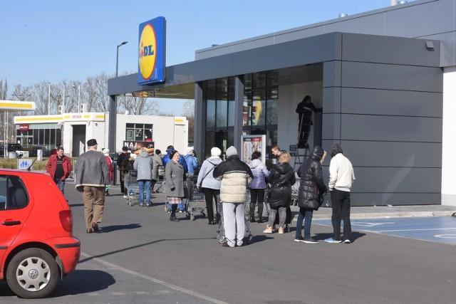 W kwietniu szczególnie było widać kolejki przed sklepami spożywczymi około godziny 12, powodem których były godziny dla seniora. Od 15 października od godz. 10 do 12 w sklepach, drogeriach i aptekach zakupy będą mogły zrobić tylko osoby starsze.