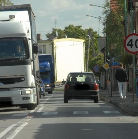 Mimo że w mieście co kilkanaście metrów stoi znak ograniczający prędkość do 40 km na godz., to jednak nie wszyscy kierowcy tego przestrzegają