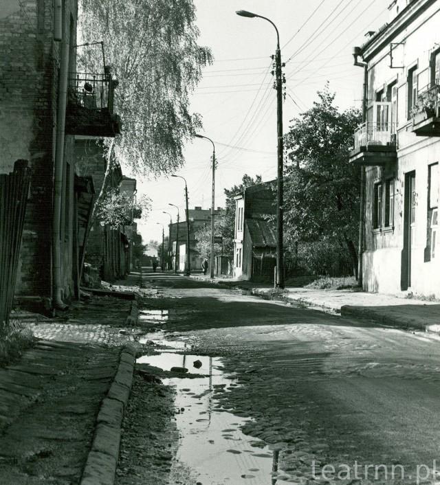 Ulica Przemysłowa, błoto, dziury w bruku i zaniedbane budynki. W latach 60. ubiegłego wieku mieściły się tam warsztaty, niskie kamieniczki i drewniane chałupy
