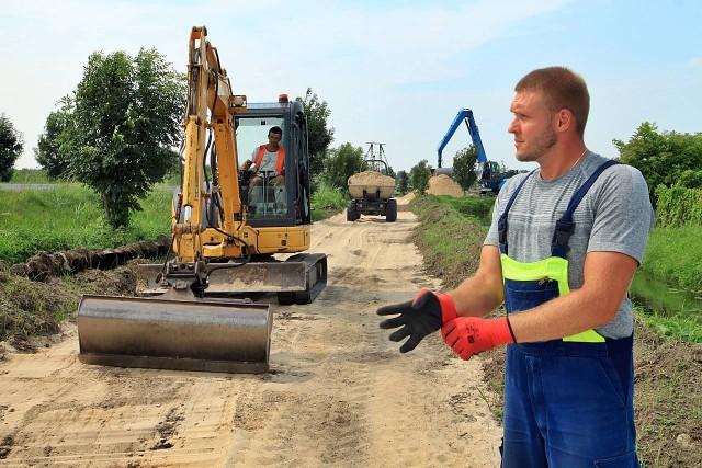 Prace przy budowie ścieżki pieszo-rowerowej w kierunku Bydgoszczy drogowcy mają zakończyć do 31 sierpnia.