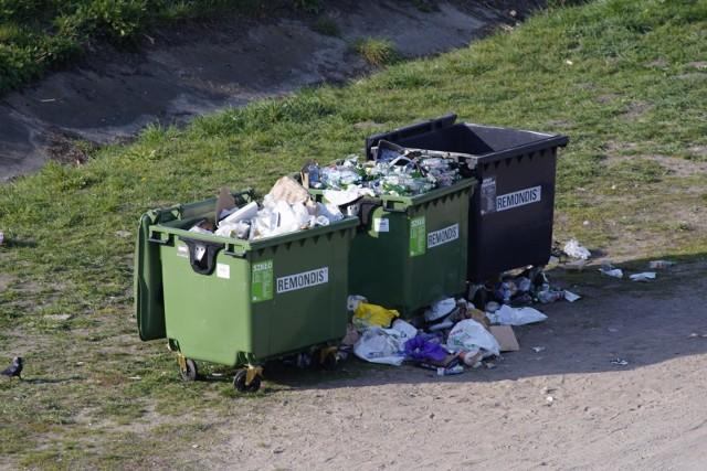 W tym roku niemal w całym kraju wszyscy dotkliwie odczują podwyżki opłat za wywóz śmieci. W niektórych gminach nastąpi wzrost o 100 procent, w innych nawet o 300. Przykład? Warszawiak zajmujący w pojedynkę ponad 40-metrowe mieszkanie w bloku zapłaci miesięcznie za odbiór śmieci 65 zł. Poznaniacy jako nieliczni mogą jednak odetchnąć z ulgą, bowiem podwyżkę mają już za sobą.