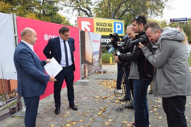 Od lewej prezes Aleksander Walczak i burmistrz Kordian Kolbiarz.