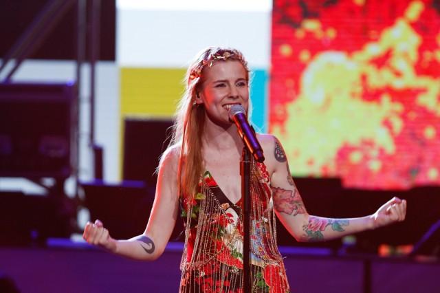 W Radiu Lublin - KoncertMarta Zalewska jest jednocześnie wokalistką, multinstrumentalistką z klasycznym wykształceniem i autorką tekstów. Zbierała doświadczenie, grając z Kayah czy Krystyną Prońko, ale także zespołami muzyki dawnej Canor Anticus i Ars Nova. Zdobyła liczne nagrody w wielu konkursach - jako wokalistka i jako skrzypaczka. Punktem zwrotnym w jej karierze był udział w konkursie debiutów podczas festiwalu w Opolu w 2016 roku. Marta od dziecka fascynuje się latami 60-tymi XX wieku i ruchem hipisowskim. Takie korzenie wraz z talentem, którym można by obdzielić kilku muzyków i mnóstwem doświadczeń dały efekt w postaci albumu naładowanego energią. Krążek Marta Zalewska to rzadki przykład debiutu, który został nagrany przez delikatną artystkę w pełni świadomą swojej siły. Album został wydany w ramach konkursu radiowej Czwórki Wydaj płytę z Będzie GłośnoPiątek, radio lublin, godz. 19.00, wejściówki