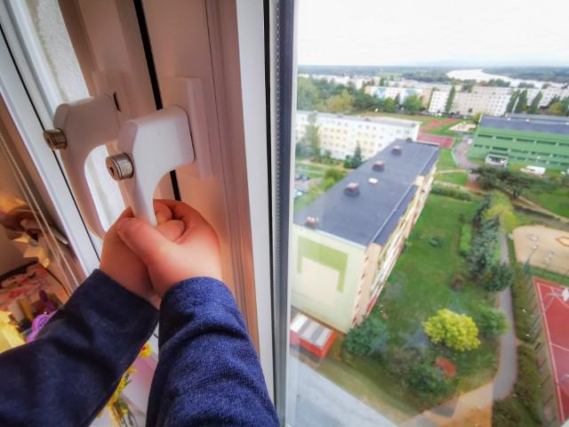 Chłopiec wskarabał się na okno. Upadek z 11.piętra przypłacił złamaniami nóg i miednicy.