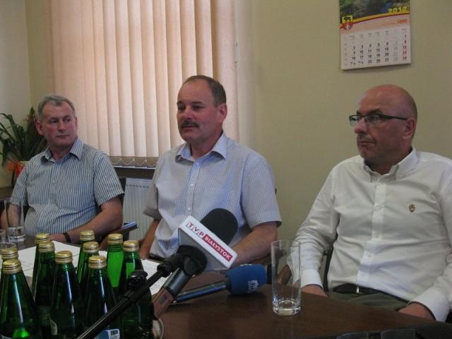 W piątek na konferencji prasowej z dziennikarzami spotkali się (od lewej): Zbigniew Tochwin sekretarz gminy, Stanisław Małachwiej burmistrz Sokółki i Wiesław Szwaczko prezes ZZO Euro-Sokółka.