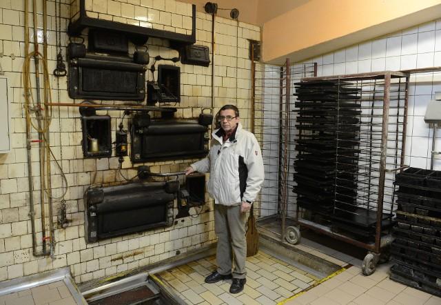 Wojciech Kowalski, właściciel piekarni przy ul. Szczytnej przed piecem, w którym przed wojną chleb wypiekał jego dziadek