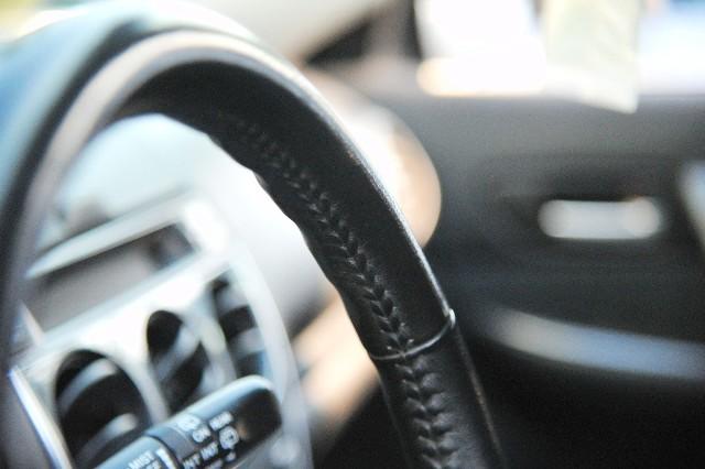 Właściciel mercedesa vito jednemu z zakładów tapicerskich zlecił obszycie kierownicy swojego auta. Pracownik firmy przypadkowo otworzył jednak inny samochód. W efekcie obszył kierownicę nie tego auta, a właściciel vito zgłosił kradzież.