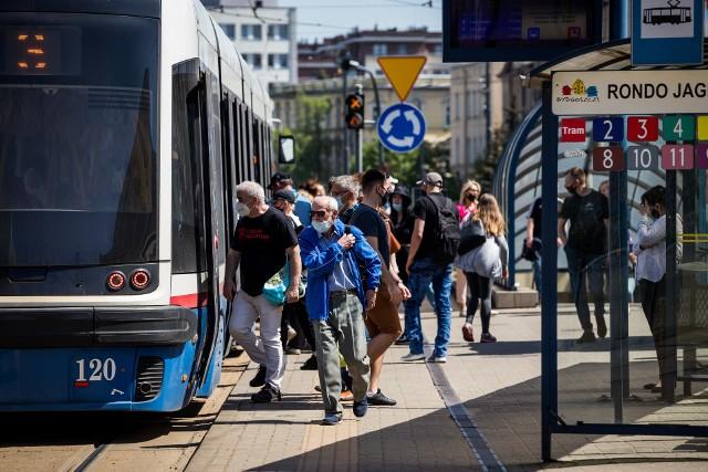 We wtorek w godzinach szczytu tramwaje jeździły potężnie przepełnione.