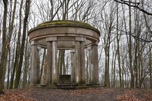 Panteon w Biesowicach. To budowla z białego wapienia z szesnastoma kolumnami, na każdej z nich znajduje się jedno, dwa, bądź trzy nazwiska mieszkańców miejscowości poległych podczas I wojny światowej.