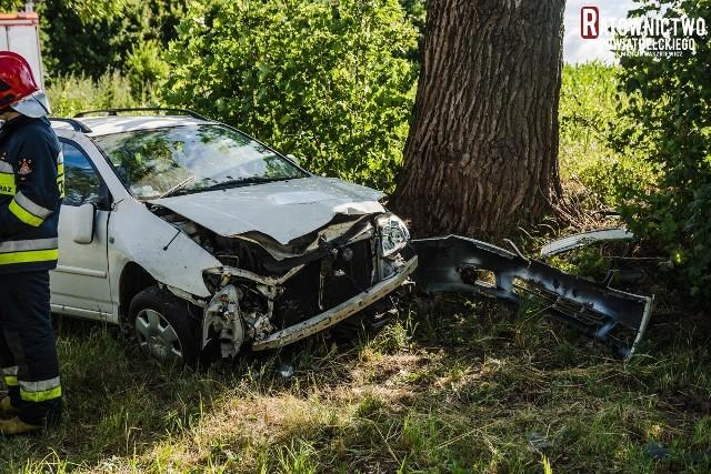 Groźny wypadek na drodze krajowej nr 65. Kobieta kierująca toyotą straciła panowanie nad autem i wjechała do przydrożnego rowu.Zdjęcia pochodzą z fanpage'a Ratownictwa Powiatu Ełckiego na Facebooku.