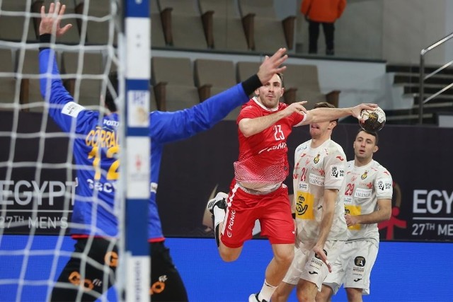 Polska przegrała z Hiszpanią 26:27. Na zdjęciu rzuca Arkadiusz Moryto.
