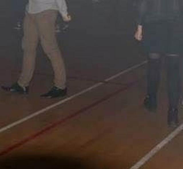 Zdjęcie z dyskoteki w liceum załączone w oświadczeniu starostwa przasnyskiego