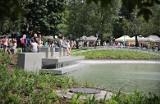 """Kraków. Ktoś zniszczył rzeźbę """"Nie jestem sama"""" w parku Krakowskim. Namalował na niej... męskie przyrodzenie"""