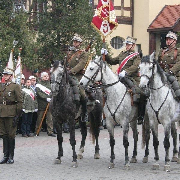"""Sztandar dla Klubu Jeździeckiego """"Joker"""",  który kultywuje tradycje 8. Pułku Strzelców  Konnych"""