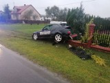 Pijany kierowca bmw staranował ogrodzenie. Kierowca bmw kupił setkę i 3 piwa, wypił i wsiadł za kierownicę