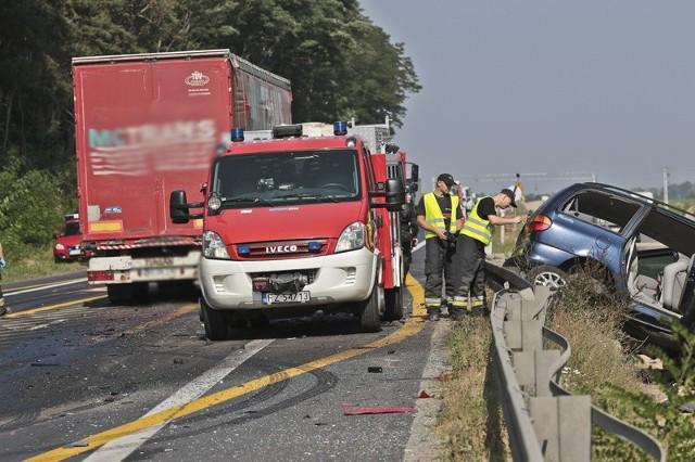 Aktualizacja, godz. 18.46:Ruch na S3 został już przywrócony. Pomoc drogowa usunęła wraki rozbitych samochodów, które brały udział w wypadku na wysokości Sulechowa.Do tragicznego w skutkach wypadku doszło w piątek, 16 września, na drodze S3 w okolicach Sulechowa. Ford uderzył czołowo w ciężarówkę. Na miejscu zmarł kierowca, około 12-letni chłopiec zmarł po przewiezieniu do szpitala w Zielonej Górze. Droga w kierunku Gorzowa i Zielonej Góry jest zablokowana.  Nie wiadomo ile potrwają utrudnienia.Ze wstępnych ustaleń zielonogórskiej policji wynika, że ford jechał w kierunku Zielonej Góry. Na prostym odcinku drogi, tuż za Sulechowem nagle zjechał na przeciwległy pas ruchu. Tam uderzył czołowo w jadącą z naprzeciwka ciężarówkę.Siła uderzenia była ogromna. Turecki kierowca tira nie miał żadnych szans uniknięcia zderzenia. Roztrzaskany ford wypadł z drogi i zawisł na poboczu.Na miejsce przyjechały karetki pogotowia ratunkowego. Strażacy z Sulechowa i Zielonej Góry oraz zielonogórska drogówka. - Niestety kierowca forda zmarł na miejscu wypadku – informuje nadkom. Małgorzata Stanisławska. Około 12-letnie dziecko w stanie krytycznym zostało przewiezione do szpitala w Zielonej Górze. Tam chłopiec zmarł w wyniku doznanych poważnych obrażeń.Ofiary to najprawdopodobniej ojciec i syn. Samochód ma międzyrzeckie tablice rejestracyjne. - Ustalamy jak doszło do tragicznego wypadku – mówi nadkom. Stanisławska.Droga S3 była zablokowana blisko 6 godzin. Ruch upłynnił się dopiero ok. 19. Do tego czasu były wyznaczone objazdy przez drogę z Zawady do Cigacic.  Zobacz też: 60-latka jechała pod prąd trasą S3. Niebezpieczną jazdę przerwali policjanciPrzeczytaj też:   Śmiertelny wypadek na S3 w okolicy Sulechowa. Nie żyje kierowca forda i 12-letni chłopiec