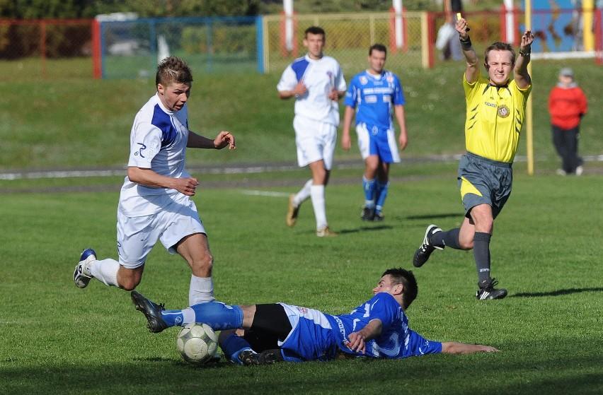 Radosław Erlich (z lewej) strzelił jedną bramkę dla Regi Trzebiatów w wygranym meczu z Energetykiem Gryfino.