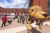 Słoń co stoi na trąbie, śpiewająca żyrafa i lew, który chce pożreć tresera, czyli spektakle dla dzieci na rynku Manufaktury w Łodzi