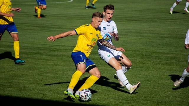 Marcin Pieńkowski (żółta koszulka) podczas meczu Unii z Pelikanem w Kutnie