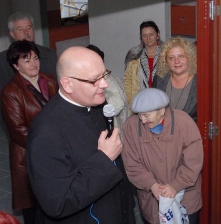 Wczoraj były dni otwarte hospicjum. Proboszcz Leszek Kazimierczak oprowadzał mieszkańców po placówce, która niedługo rozpocznie działalność.