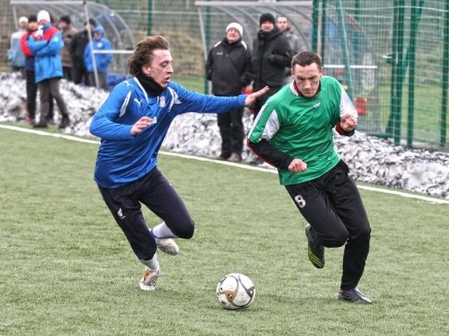 W ostatnim meczu na sztucznej nawierzchni Gryf Słupsk przegrał z Pomorzem Potęgowo 0:2. W białym stroju Szymon Gibczyński.