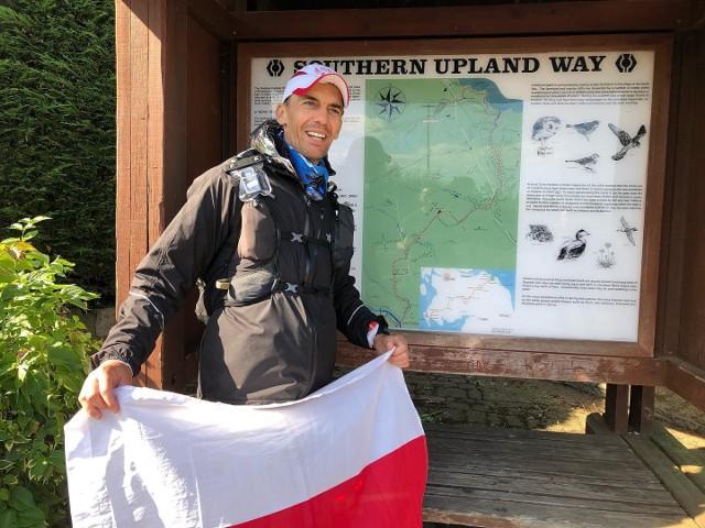 Artur Kujawiński z biało-czerwoną flagą ulramaratony biegał już m.in. w Szkocji i USA. Teraz postanowił pokonać setki tysięcy kilometrów na ojczystej ziemi