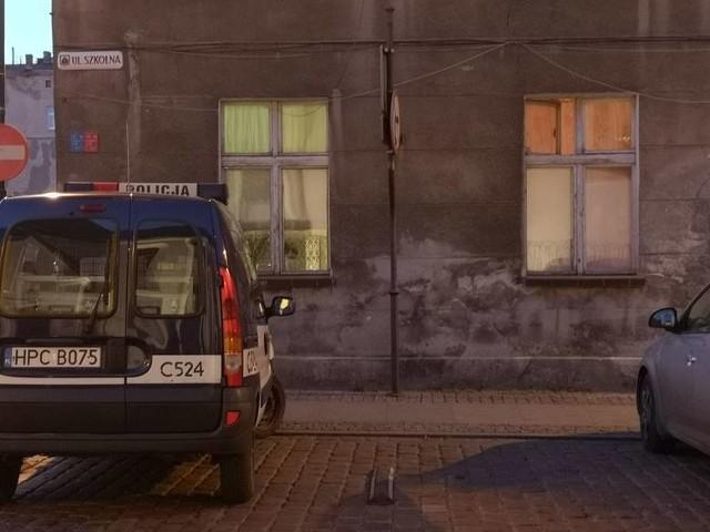 Do rozboju w kamienicy przy ul. Szkolnej w Grudziądzu doszło 20 kwietnia br. Następnego dnia zatrzymano dwóch podejrzanych. W ub. tygodniu zatrzymano trzeciego sprawcę. Wszyscy są za kratami.