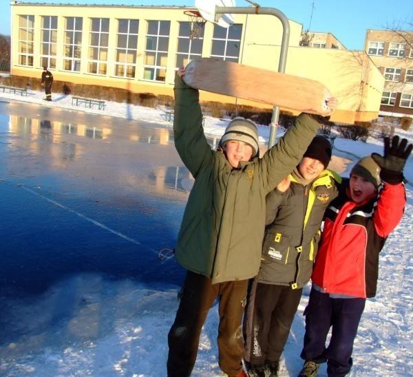 Michał, Bartek i Andrzej (od lewej) mówią, że będą przychodzić na lodowisko codziennie.
