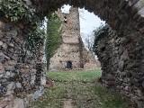 Czy ruiny w okolicy Żar to kościół, czy zamek? I jedno, i drugie