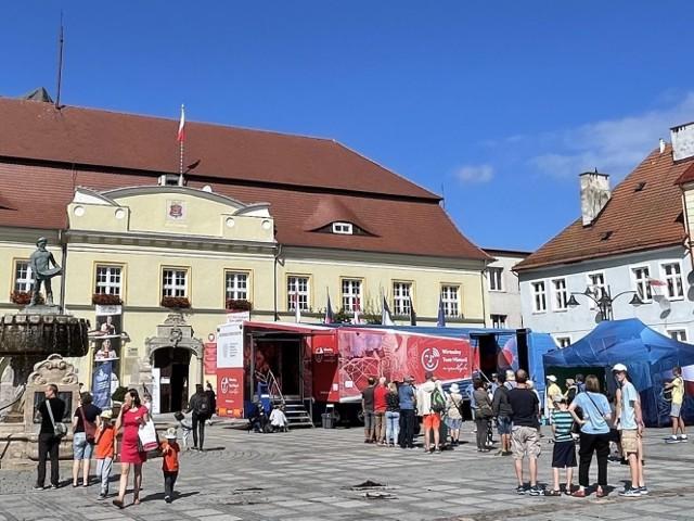 Mobilne centrum edukacyjne, przygotowane na naczepie samochodu ciężarowego, odwiedziło 20 polskich miejscowości i było dostępne dla zwiedzających łącznie przez 400 godzin podczas całej trasy.