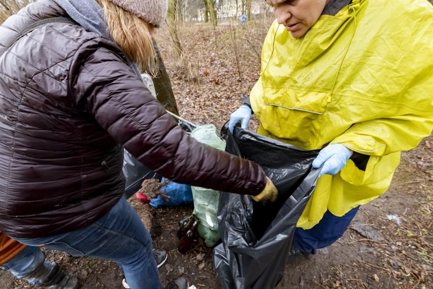 W sobotę ochotnicy posprzątali i uporządkowali Park...